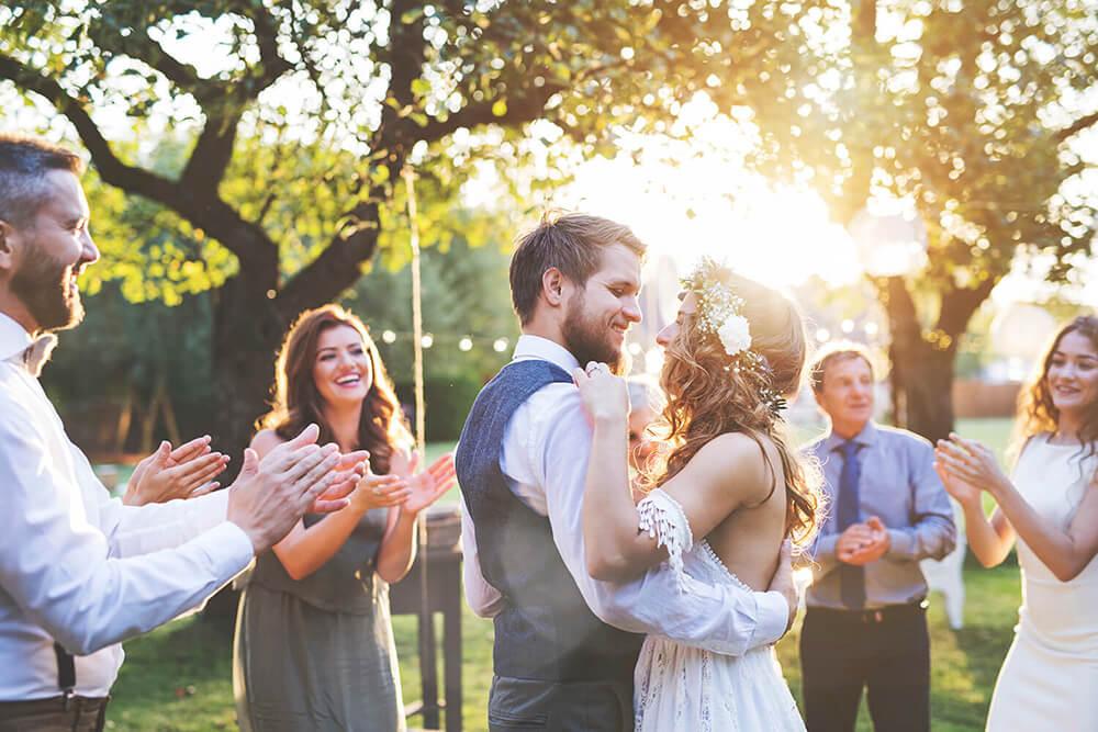 amigos y familiares en una ceremonia civil al aire libre