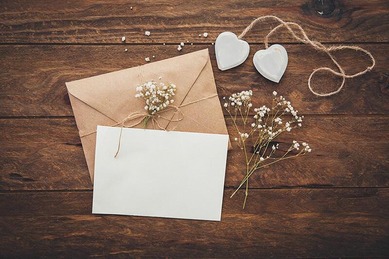 Si vuestro estilo de invitación de boda es el rústicos, para los materiales os recomendamos telas de arpillera o de saco y cuerda envejecida o lino para los adornos.