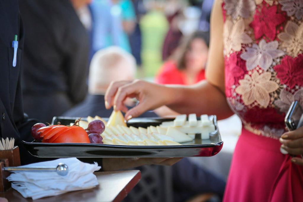 En Jardín Regio, personalizamos vuestro menú de boda al aire libre con buffets de quesos, ensaladas o arroces.
