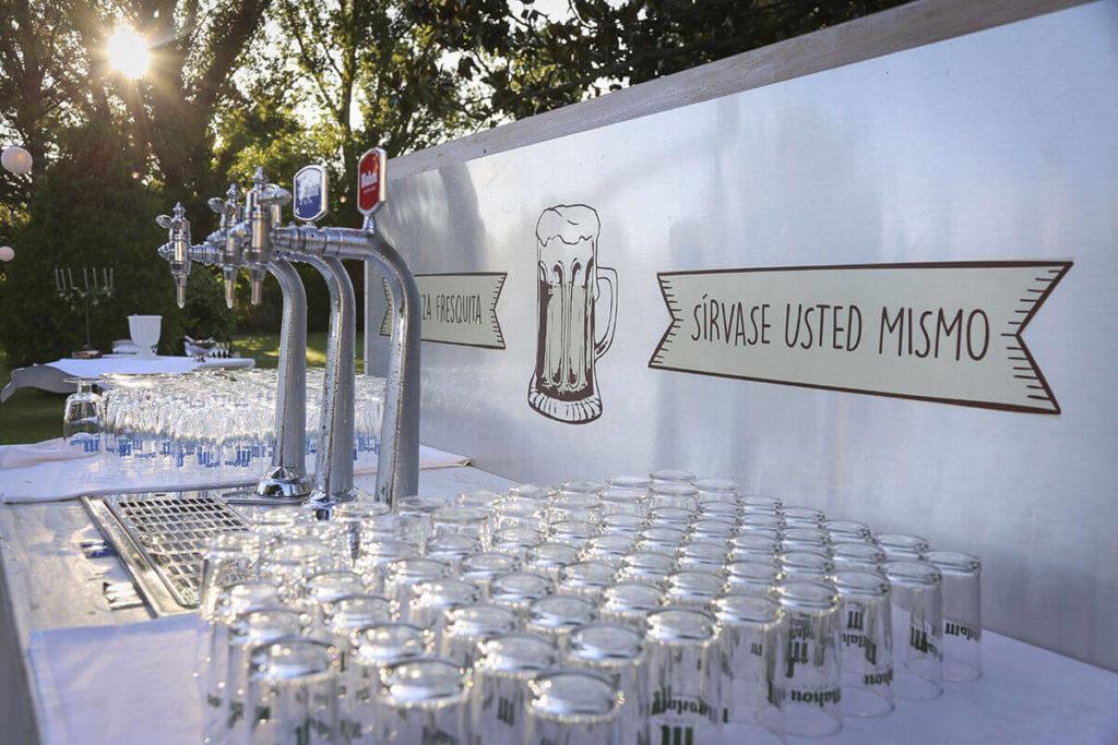 No olvidéis maridar vuestro cóctel con nuestra barra libre de cervezas especiales. Imprescindible en un menú de boda al aire libre.