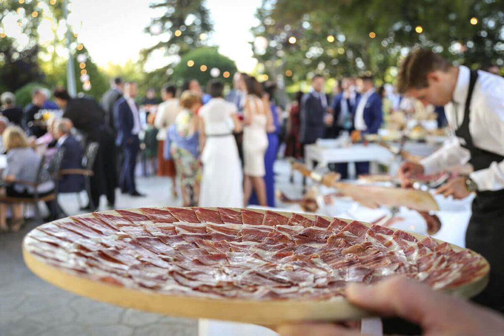 Si celebráis vuestro enlace al aire libre en Salamanca, en el cóctel no pueden faltar productos de la tierra como el jamón ibérico de bellota. Dejarás boquiabiertos a tus invitados.